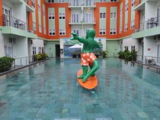 HARRIS Hotel & Residences Riverview Kuta Bali - Swimming Pool