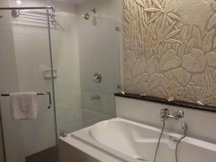 Boracay Mandarin Island Hotel Boracay Island - Grand Deluxe Poolside Bathroom