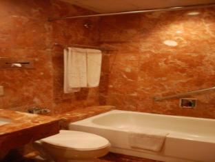 Great Eastern Hotel Makati Manila - Bathroom