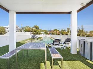Scarborough Beach Resort Brisbane - BBQ Pool Area