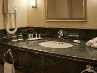 Madinah Marriott Hotel Medina - Deluxe Guest Room  Bath