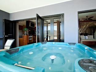 at Waterfront Whitsunday Retreat Hotel Whitsunday Islands - Jacuzzi Penthouse