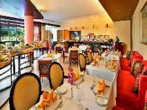 City Seasons Suites: restaurant