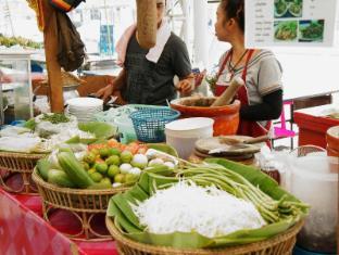 BS Residence Suvarnabhumi Bangkok - Street food in front of Hotel