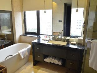 The Sandalwood Beijing Marriott Executive Apartments Beijing - One bedroom bathroom toward West