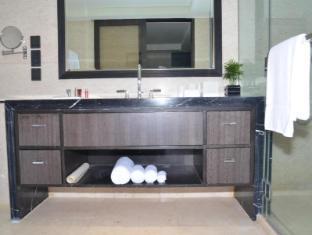 The Sandalwood Beijing Marriott Executive Apartments Beijing - One bedroom barthroom towards North
