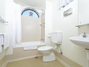 BreakFree Directors Studios Hotel Adelaide - Bathroom