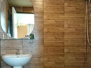 Limburi Hometel Phuket - Bathroom