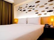 pops numurs ar balkonu un lielāko divvietīgo gultu