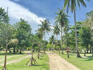 Rayaburi Resort Phuket - Garden / Road