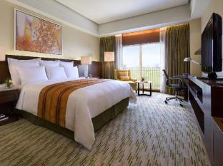 Marriott Hotel Manila Manila - Offers stunning views of the Villamor Golf Course and the city skyline of Makati and Fort Bonifacio, showcasing its prime location.