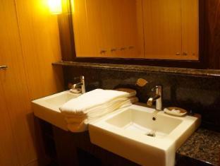 Noah's Ark Resort Hong Kong - Bathroom inside dormitory room