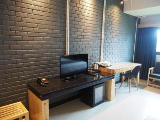 New Dara Boutique Hotel & Residence Phuket - Working desk & 32 Inch LED TV