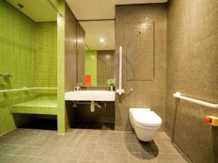 Y Loft Youth Square Hong Kong - Accessible Room Bathroom