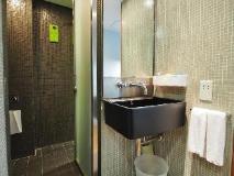 Y-Loft Youth Square: bathroom