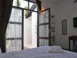 Стая с легло тип Куин с гледка към двора с душ навън