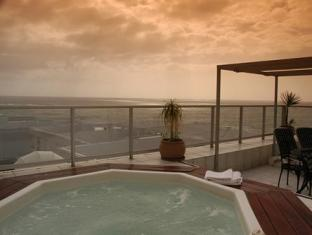 The Peninsula All Suite Hotel Cape Town - Jacuzzi suite.