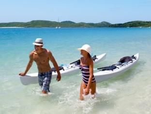 Hamilton Island Palm Bungalows Whitsunday Islands - Kayaking couple on Whitehaven Beach