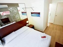Nadstandardna brez oken, francoska postelja