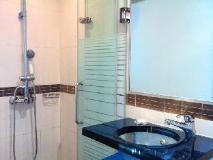 Pop Hotel: bathroom