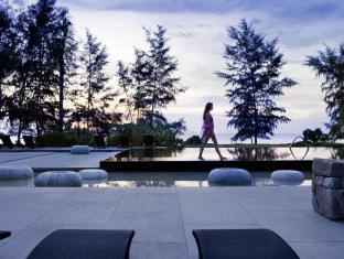 Renaissance Phuket Resort & Spa A Marriott Luxury & Lifestyle Hotel Phuket - Public Pool at dusk