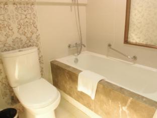 Metropole Hotel Macau - Bathroom
