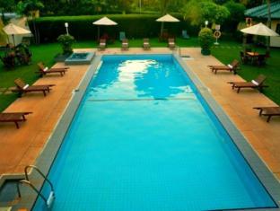 Ramada Katunayake Hotel - Colombo International Airport Negombo - Pool Area