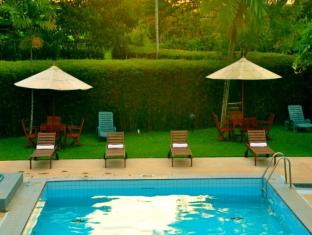 Ramada Katunayake Hotel - Colombo International Airport Negombo - Sunbeds by the pool