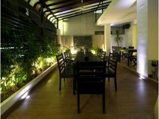 Blue Tongue Hotel Phnom Penh - Garden dining area