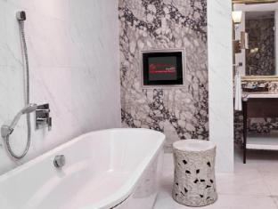 Resorts World Sentosa - Hotel Michael Singapore - Deluxe 2-Bedroom Suite bathroom