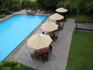 Ramada Colombo Hotel Colombo - Pool & Sitting area