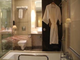 Airport Residency New Delhi and NCR - Luxury Room bathroom