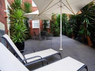 Quest East Melbourne Melbourne - Hotel Court Yard