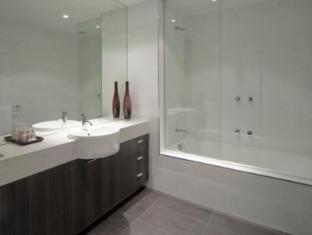 Tyrian Serviced Apartments Melbourne - Bathroom