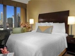 Chambre avec lit king size et vue sur la ville