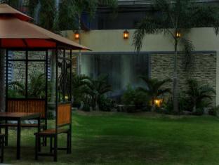 M Chereville Hotel Manila - Garden