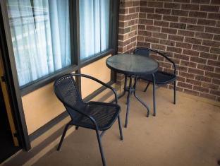 Red Cedars Motel Canberra - Balcony/Terrace