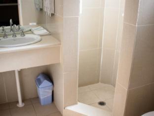 Red Cedars Motel Canberra - Bathroom