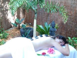 Witches Falls Cottages Gold Coast - Massage in private garden