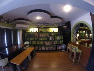 Urban Inn Iloilo - Reading and Dining Area