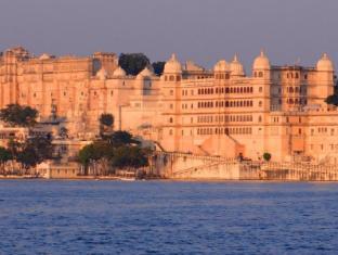 /fateh-prakash-palace-heritage-grand/hotel/udaipur-in.html?asq=5VS4rPxIcpCoBEKGzfKvtBRhyPmehrph%2bgkt1T159fjNrXDlbKdjXCz25qsfVmYT