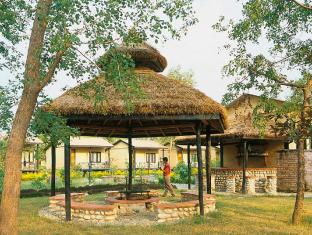 Maruni Sanctuary Lodge Chitwan - Fire Place & Outside Bar