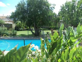 Parkwood Motel & Apartments Geelong - View from room to garden BBQ and pool