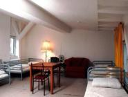 1 łóżko w dormitorium z 4 łóżkami