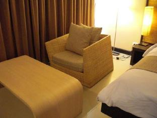 Swutel Bangkok - Arm chair with table in room