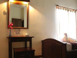Hotel Sanur Indah Bali - mirror desk