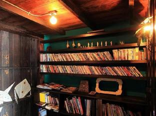 Loy La Long Hotel Bangkok - Book & DVD Shelf