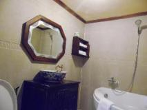 Bualuang Hotel: bathroom