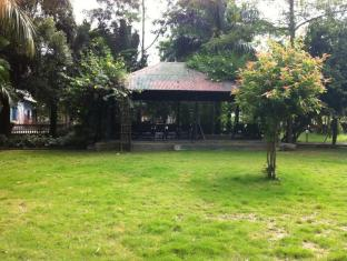 Hotel Parkside Chitwan - Garden and Sitting place
