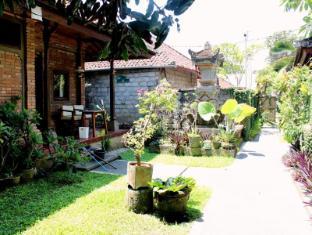 Dewa Bungalows Bali - View alleway with garden